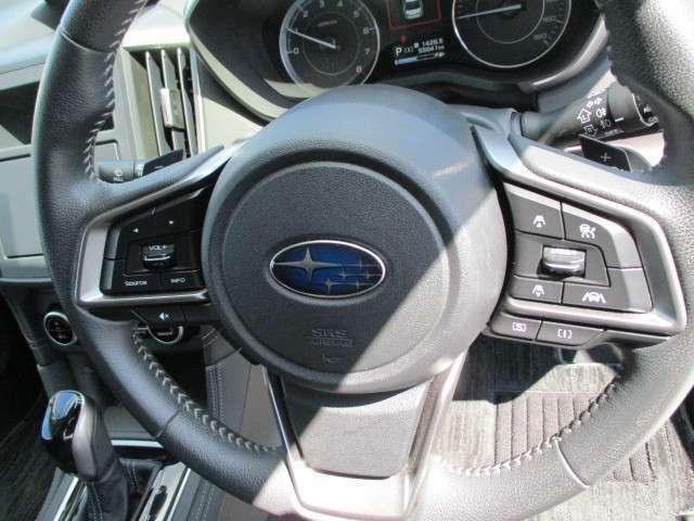 レーダークルーズはフロントカメラのセンサーが前車両を検知し、ハンドル部のスイッチひとつで前車輌を加減速しながら一定の距離で追従する高速道路では大変便利な機能です。