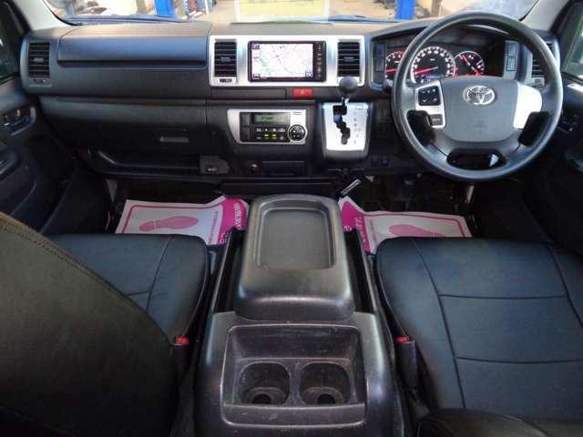 ルームミラー内蔵バックカメラ・ETC・AC100V!スマートキー&プッシュスタート・黒革調シートカバー・リアシートベルト!クリーニング済みの綺麗な運転席!4WDですのでお仕事のほかレジャーにも大活躍!