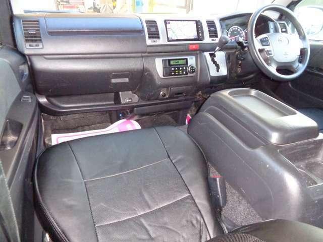 黒革調シートカバー装備の豪華な室内!嫌な臭いもございません!スーパーGLはシートも基本装備も良く搭載エンジンもパワフルで長距離の運転も疲れませんよ!ウッドパネルなど各種インテリアカスタムも承ります!