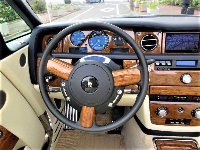 天然木をふんだんに使用した高級感のある車内空間です