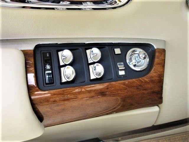 車内にこんなにメッキとウッドをふんだんに使用するのはロールスロイスならではです