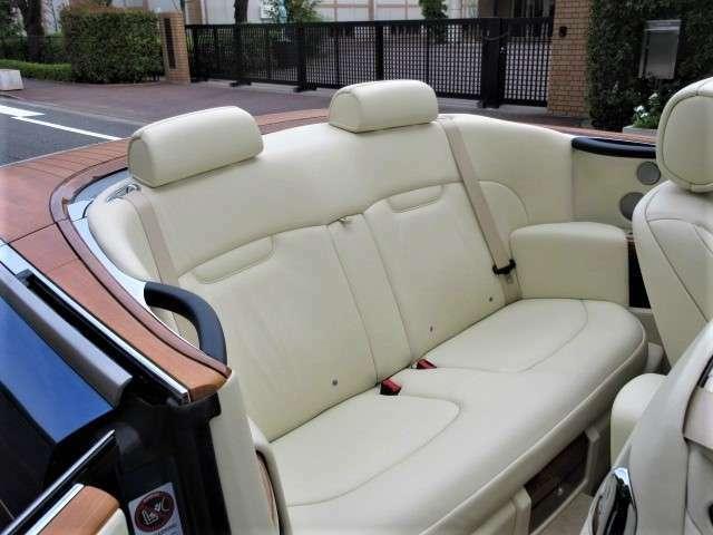 後席も使用感少なく良好なコンディションを保っております。