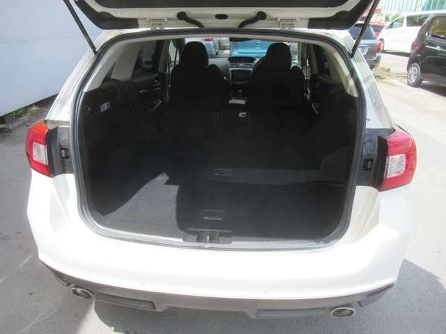 セカンドシートを倒しますと、さらにスペースが広がり、荷物も多く積めますよ!