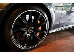 マットブラックペイント19インチAMG10スポークアルミホイールの中に覗くのはカーボンセラミックブレーキ!