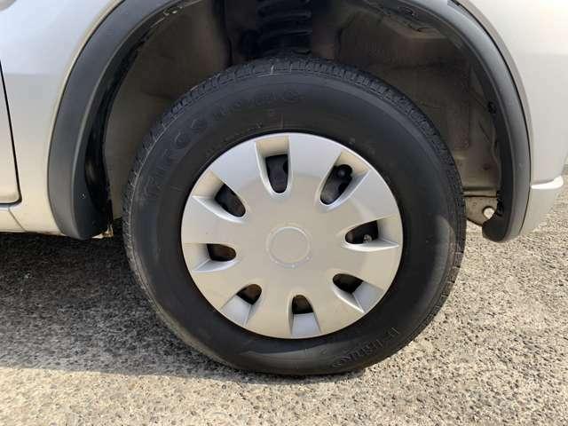 タイヤはノーマルタイヤを履いており、タイヤ山はおおよそ各4分山程度、タイヤサイズは155/80R13、スペアタイヤ積込みです。 また、右後タイヤのみメーカーが異なりましたがタイヤ山はほぼ同じ程度でした