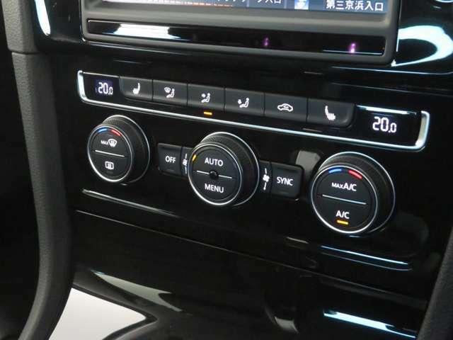 エアコンは2ゾーンフルオートエアコンです。運転席と助手席で別々に温度設定ができ快適空間でドライブをお楽しみいただけます。
