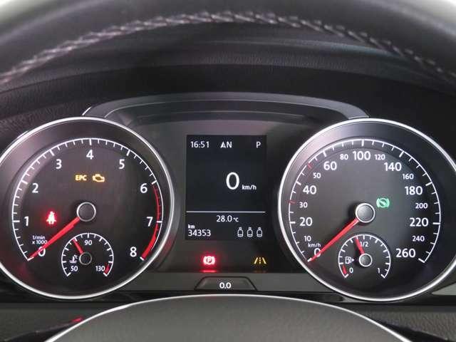 視認性の高いアナログメーター。運転中でも瞬時に情報が読み取れます。