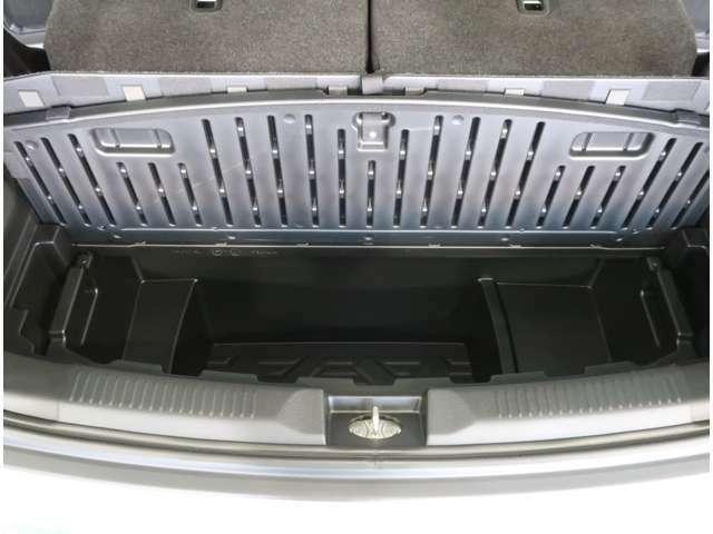 ラゲッジボード下には取り外し可能なラゲッジアンダーボックスがありますよ☆水洗いが可能なのでレジャーで汚れた物の収納にも便利☆