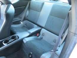 使用感の少ないリアシート。大人4人乗車は少し窮屈ですが、充分使えます。