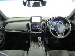 高級感と機能を併せ持った運転席廻です。革巻きステアリングはステアリングスイッチでオーディオ操作や運転アシスト機能を、走行中でも視線をそらさづ操作出来るので安全運転につながります。
