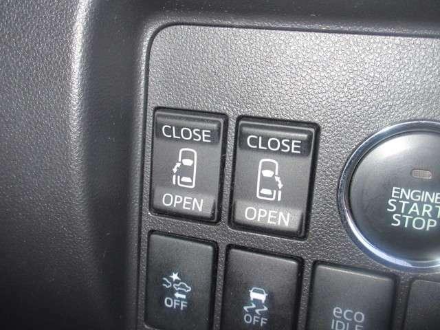 スイッチ1つで電動で開閉する両側パワースライドドア。