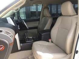 高級感あふれるベージュ革・メモリーパワーシート! 運転席はエンジン始動と同時に、登録したポジションへ移動してくれるメモリーパワーシート搭載! 運転席&助手席ともにシートヒーターも完備!