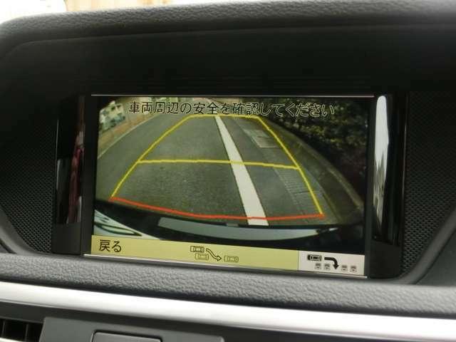 ■純正バックカメラ&パークトロニックシステムを備え、バックや車庫入れも安心です。