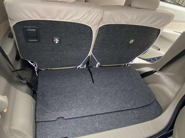 トランクの内色もアイボリーで明るいです。2列目座席部分とトランクルームのお色はグレーなのでお荷物乗せた時に汚れや傷が目立ちにくい配慮がされています。トランクルーも傷や汚れにどはなく綺麗な状態です。