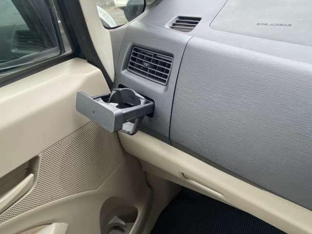 助手席前のエアコン吹き出し口下には運転席同様に引き出して使っていただけるドリンクホルダーがあります。その下には車検証などを入れていただけるグローバルボックスがあります。その上も収納になってます。