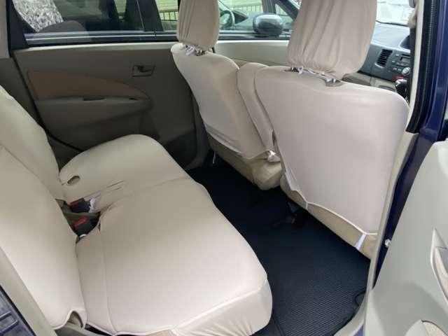 後部座席のシートにはシートカバーしてあります。フロアーマットも敷いていて2列目も綺麗な状態です。左右ドアの部分にペットボトルホルダーが付いています。足元も狭くなく快適です。乗り降りもスムーズです。