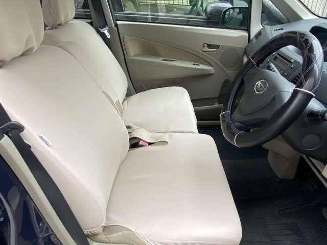 運転席、助手席ともシートカバーしてあります。綺麗な状態です。ベンチシートなので移動も楽に出来ます。シートのお色はアイボリーです。車内とても明るいお色で統一されています。ハンドルにもカバーしております。