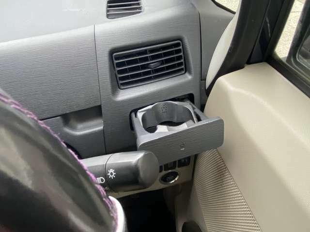 運転席エアコン吹き出し口の下には引き出して使っていただくタイプのドリンクホルダーが付いています。押すとこもしっかりしていて華奢な作りではないです。ハンドル前には便利なグローバルボックスがあります♪