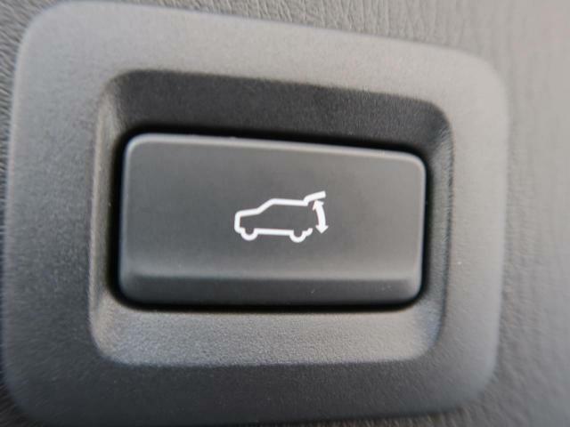 パワーバックドアが装備されております。ボタン一つでドアの開閉が可能になります。買い物帰り等の利用の際にあると助かりますよね♪