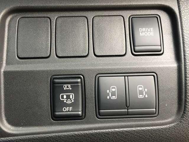 【両側電動スライドドア】駐車場で両手に荷物を抱えている時でもボタンを押せば自動で開いてくれますので、ご家族でのお買い物にもとっても便利な人気装備【ハンズフリーパワースライドドア】搭載!