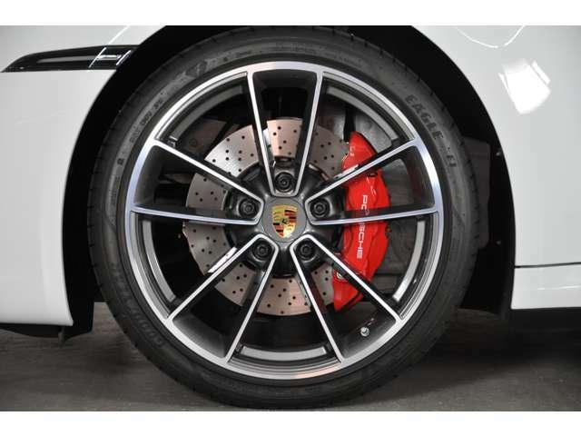 ◆オプションの20/21インチ・カレラクラシック・アルミホイールが装着されます。タイヤサイズは前245/35ZR20、後ろ305/30ZR21です◆