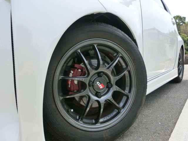 GR専用アルミ!タイヤの溝は残っておりますが当社の納車基準を下回っておりますので4本全て新品交換させて頂きます!!走行距離が少なく、安心の実走行距離です!