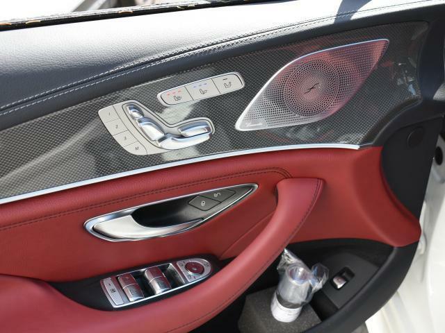 運転席には電動シートとシートヒーター&ベンチレーターを装備☆