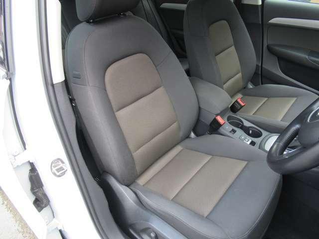 電動フロントシートはお好みのシートポジションに設定ができます。