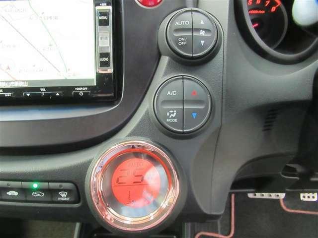 エアコンはオートエアコンになっています。快適な温度に設定してドライブを楽しめますね