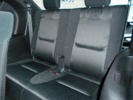 サードシートは2人乗車となります。ワンタッチで格納可能です。
