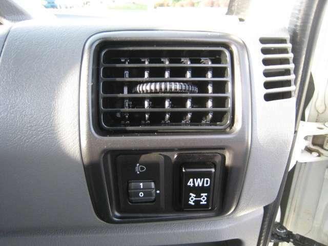ハンドル右横に4WDの切替スイッチがあります!