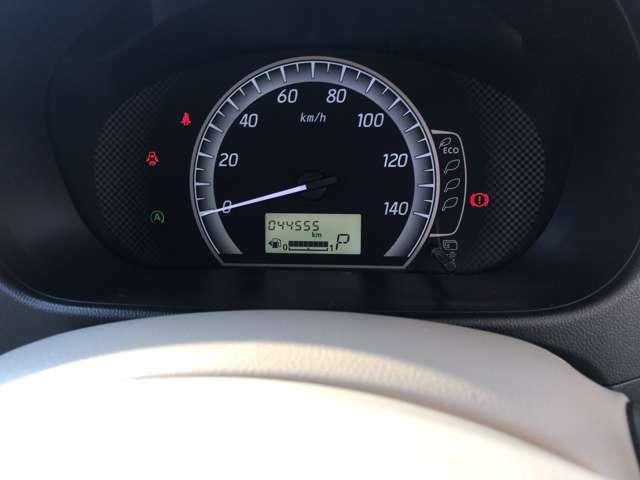 シンプルなデザインのセンターディスプレイで警告表示。燃料メーターはデジタル式で見やすいです!