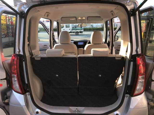 後部座席を倒せばたくさんの荷物を積むことができます。多彩なシートアレンジが可能なので便利にお使いいただけます。