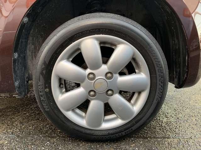 タイヤは純正14インチAWにノーマルタイヤをはいており、タイヤ山はおおよそ各3分山程度、タイヤサイズは155/65R14となります。 スペアタイヤは新車時からもともとついておらず、パンク修理キット積み
