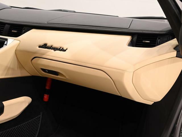 ダッシュボードにはランボルギーニのロゴが奢られています。