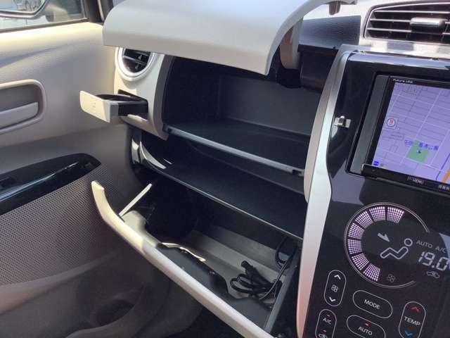 グローブボックスは2段式!上のアッパー部分と、収納ポケットを挟んでロア部分に別れております。車検証入れ、ボックスティッシュを入れるなど使い方はそれぞれ♪