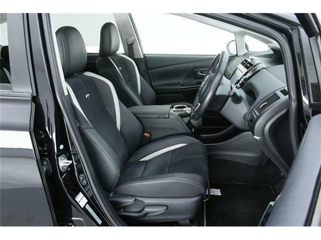 シートはハーフレザー仕様の専用GRロゴ入り合皮コンビスポーツシート♪使用感が出やすいとされる運転席も、ほとんどダメージもなく、非常にキレイな状態です!!