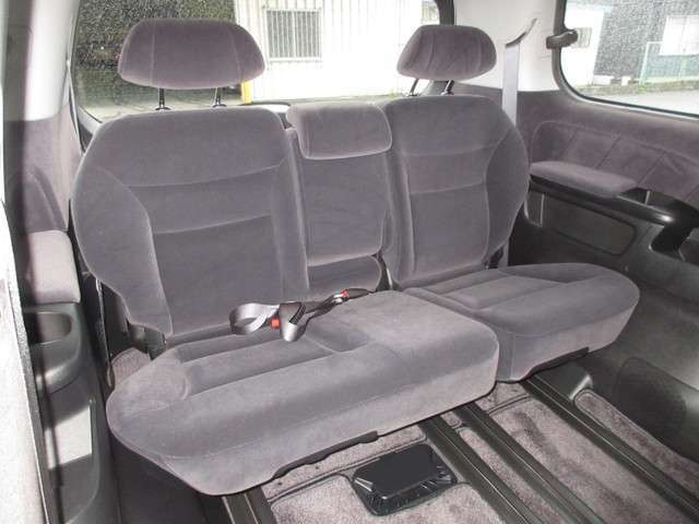 ゆとりある室内高を活かしながらシートの着座位置を前席より高めに設定することで、3列すべてで自然で快適な見通しの良い着座姿勢が得られるとともに、余裕のヘッドクリアランスを確保しました。