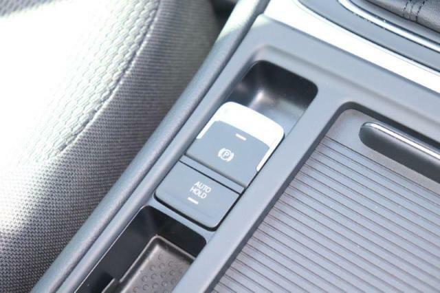 電動のパーキングブレーキが付いており、信号待ちなどで便利なAutohold機能が付いております。