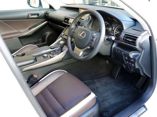 純正SDナビ地デジ(DVD・ブルーレイ再生可)・ETC2.0付きです。内外装ともにとてもきれいなお車です。