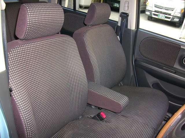 センターアームレスト装備のフロントベンチシート車!