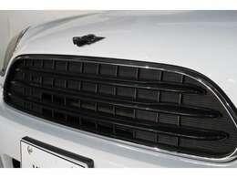 ドイツ本社と同様の教育・訓練を受けたMINI専門のメカニックが、100項目にも上るポイントを徹底的にチェックし、交換基準に達した部品があれば、BMW純正部品を使用し整備致します。