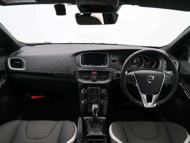 特別仕様車のV40 D4 ダイナミックエディションが入庫しました!外装は大人気のブラック、内装は黒のファブリックシートです♪安全性能はもちろん装備充実の1台です!