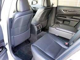 バージョンL専用後席3ゾーンエアコン・後席シートヒーター・オーディオコントロール・リヤドアブラインド・リヤ電動ブラインドリアも付いております。リヤシートもほとんど使用感ございません。