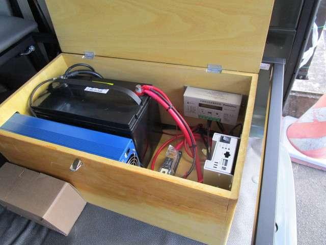収納ケースの上部はインバーターとソーラーコントロール・下部にシールドサブバッテリーと走行充電がついております・ベットしたにも収納少々あります工具などの小物の収納可