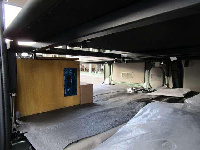 ベットキット下にサブバッテリ-・インバーター収納フロントセンターアームレスト内にスイッチやソケットを埋め込む仕様になります