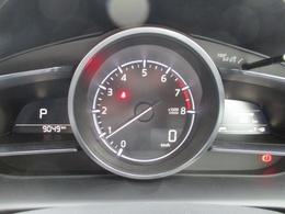 メーター部には、さまざまな情報を表示するMIDマルチインフォメーションディスプレイをメータースペースに装備。i-DM、瞬間燃費、走行可能距離、平均燃費、平均車速などの情報をひと目で確認できます。