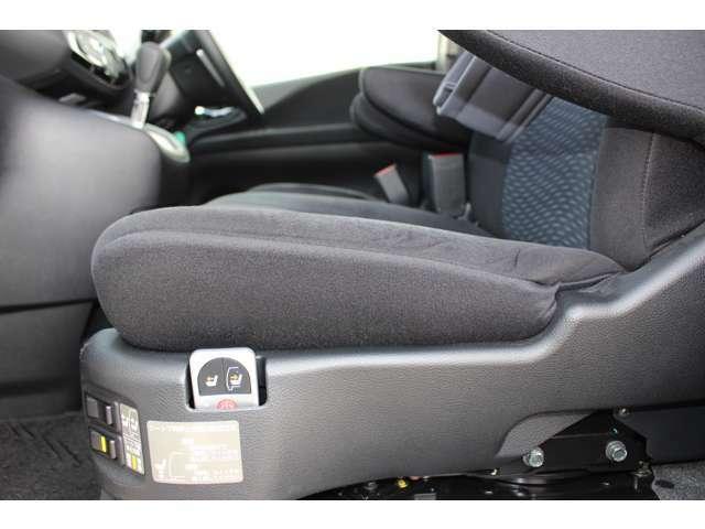 助手席の回転と昇降は、シート左のスイッチかリモコンで操作します。