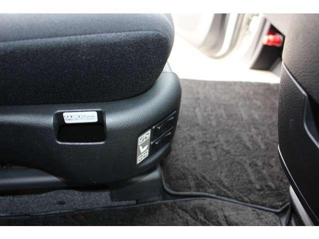 助手席の前後スライドと背もたれのリクライニングも電動です。スイッチはシートの右側に付いています。