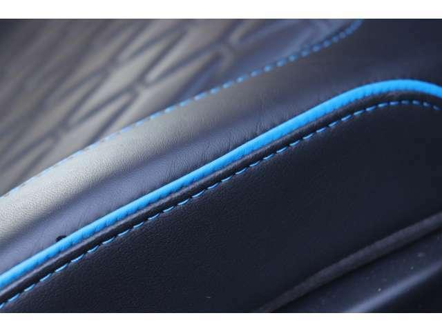 シートの造形もSVRならではのデザインと「SVR」のロゴが至る所に装飾されております。